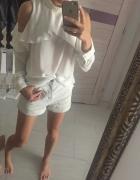 Biała koszula z rozcięciami na ramionach