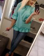 Elegancka turkusowa bluzeczka z falbanką