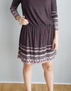 TU luźna sukienka we wzory...