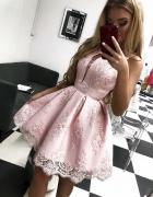 Pudrowa sukienka rozkloszowana