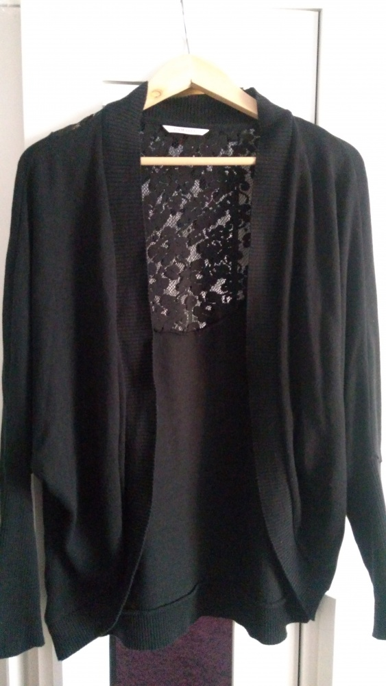 Czarna narzutka sweterek z koronką na plecach...