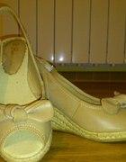 beżowe sandały na koturnie