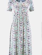 Delikatna sukienka w kwiatki