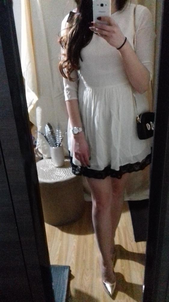 Biała rozkloszowana sukienka mini koronka kontrast