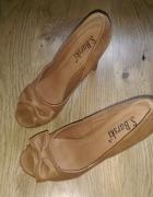 Karmelowe buty na obcasie...