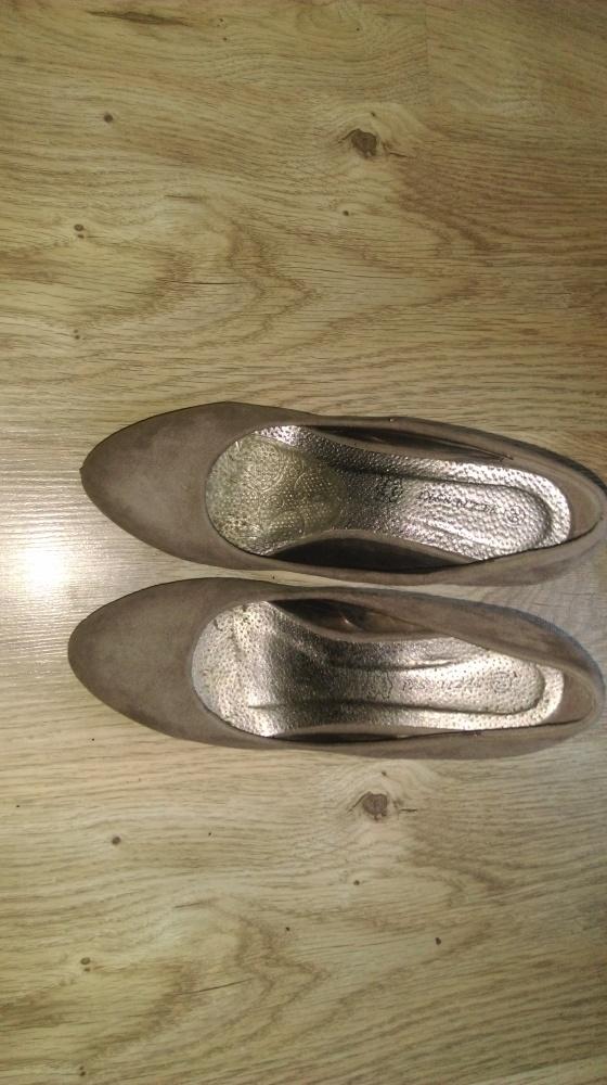 Beżowe buty na koturnie...