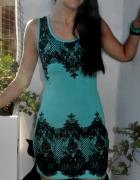 turkusowa sukienka z czarnym nadrukiem