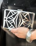 czarna torebka kopertówka puzderko
