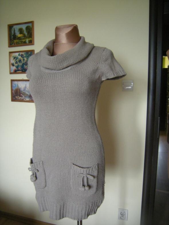 włoczkowa sukienka pompony38...