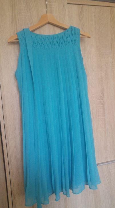 Plisowana niebieska sukienka