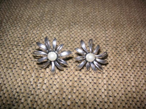 Srebrne kolczyki kwiatki z perłami