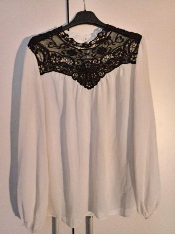 Biała bluzka z czarną koronką