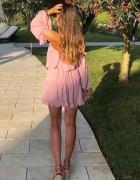 Sukienka z odkrytymi ramionami i falbankami