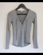 Szary sweter z wiązaniem prążki