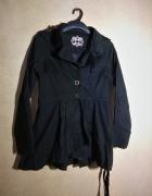 Czarny jesienno wiosenny rozkloszowany krótki płaszcz 42...