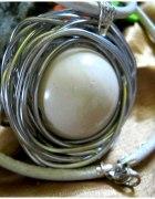 Ogromna biała kula porcelana w drucie metalopla