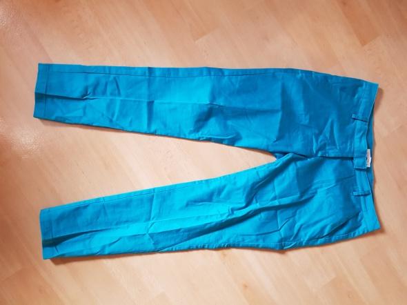 Eleganckie niebieskie spodnie w kant...