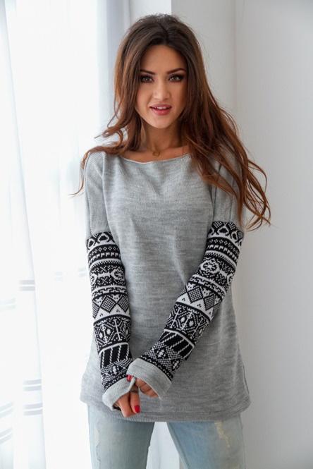 Szary sweter z rękawami we wzory