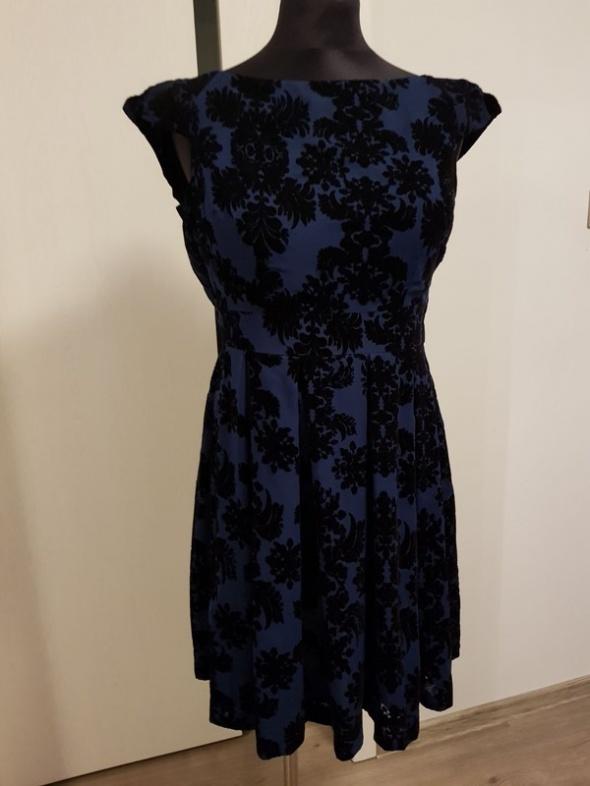 granatowa rozkloszowana sukienka w kwiaty...