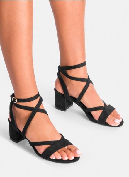 Czarne sandałki na słupku