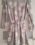 Szara sukienka w kwiaty rozkloszowana