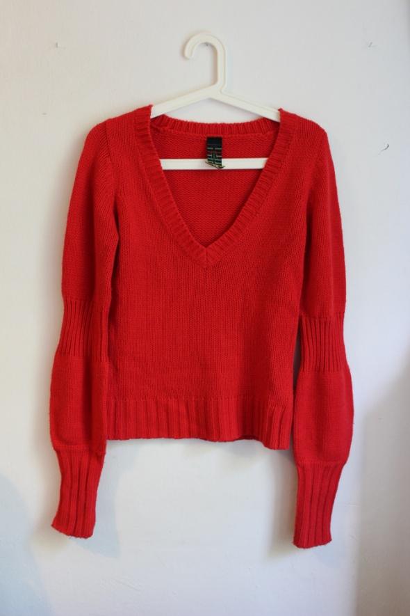 Czerwony sweter z marszczonymi rękawami