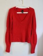 Czerwony sweter z marszczonymi rękawami...