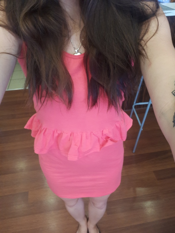 malinowa sukienka baskinka