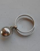 Autorski pierścionek z ruchomą kulką