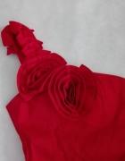 Red sukienka na jedno ramie...