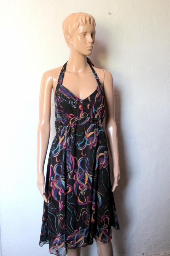 Zwiewna czarna sukienka w kolorowe wzory zawiązywana na szyi r ...