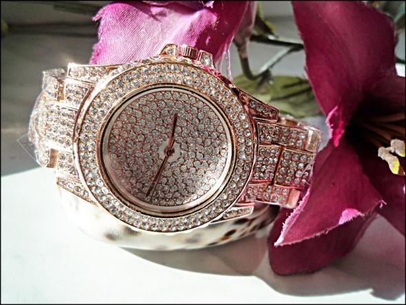 Zegarek różowy w cyrkoniach...
