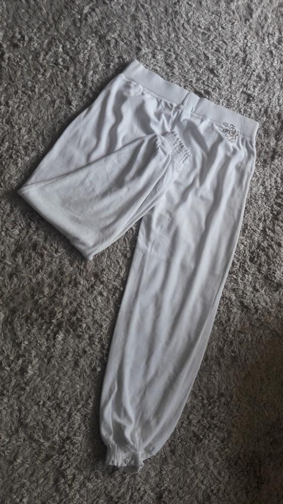 Białe welurowe spodnie dresowe 40...