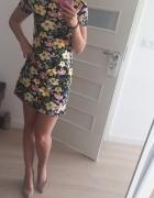 sukienka w kwiaty Bershka...