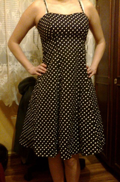 Czarna sukienka w białe groszki w stylu pin up