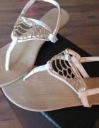 białe sandały złote elementy