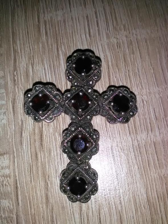 Duży srebrny krzyż z granatami i markazytami