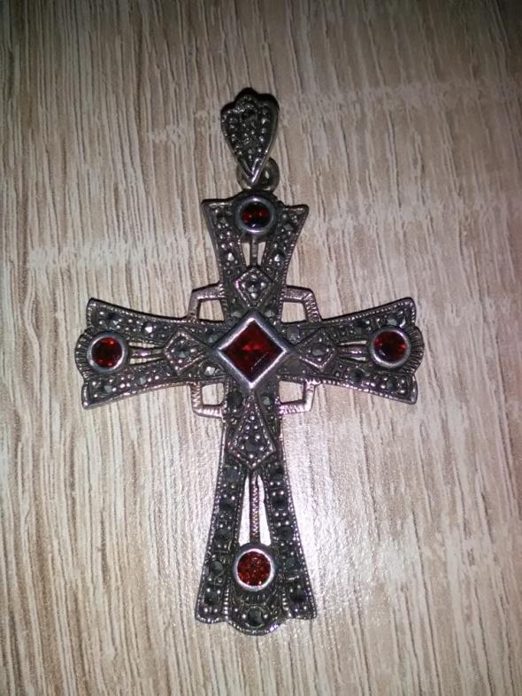 Srebrny ażurowy krzyż z granatami i markazytami
