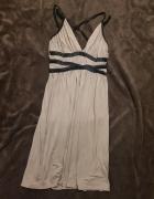 sukienka z ozdobnymi paskami...