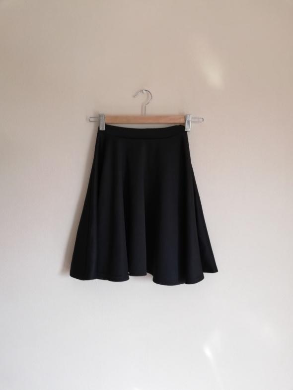 Czarna rozkloszowana spódnica z koła BooHoo Asos modna inta tumblr