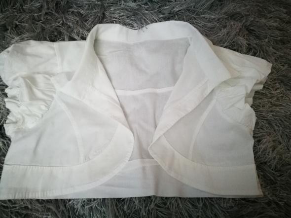 Białe krótkie bolerko