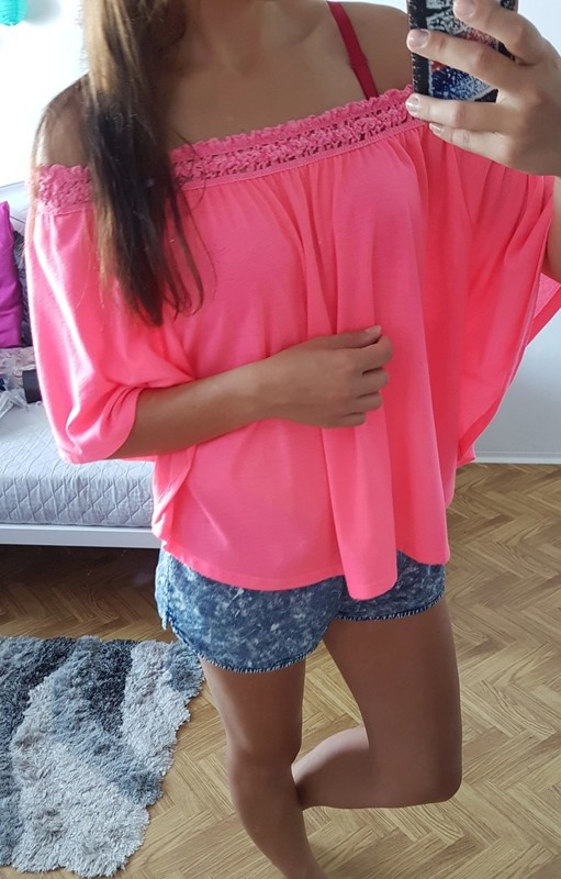 GinaTricot bluzka nietoperz neon róż gipura modna