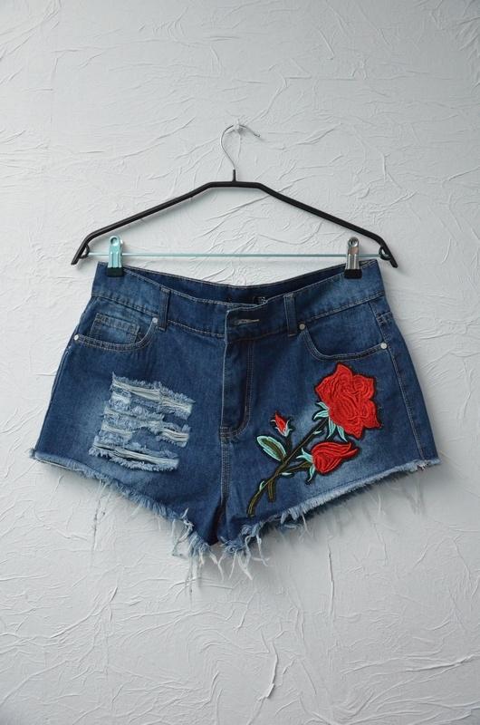 BOOHOO szorty spodenki dżinsowe jeansowe z haftem róża naszywka strzępione krótkie wysoki stan 42