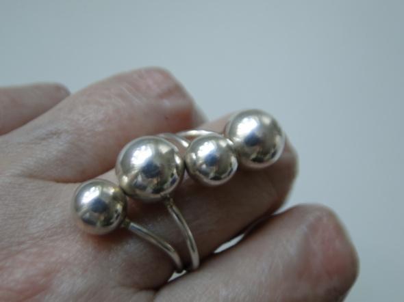 Nietuzinkowy pierścionek w całości ze srebra 925 okazały i ciężki