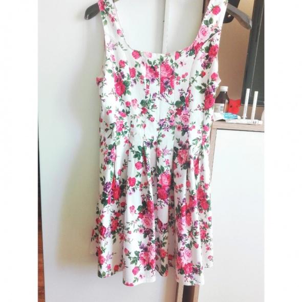 Sukienka rozkloszowana w kwiaty...