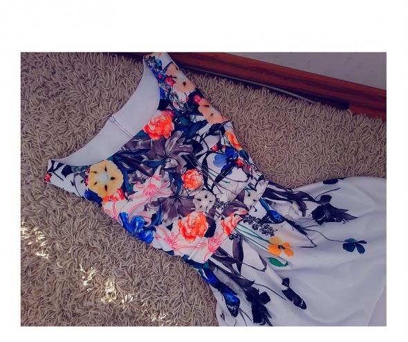 Piękna sukienka z koła w kwiaty