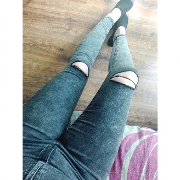 Spodnie z wysokim stanem i dziurami na kolanach...