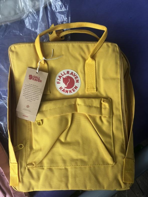 żółty plecak kanken