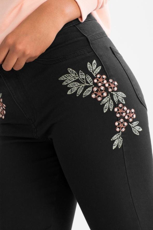 C&A nowe czarne jegginsy z kwiatowymi haftami...