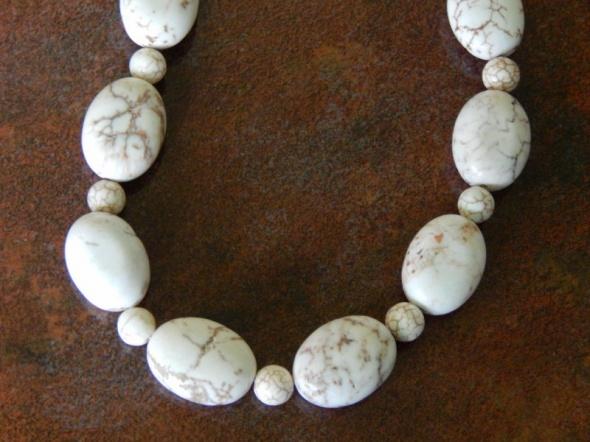 naszyjnik z biało brązowymi naturalnymi kamieniami